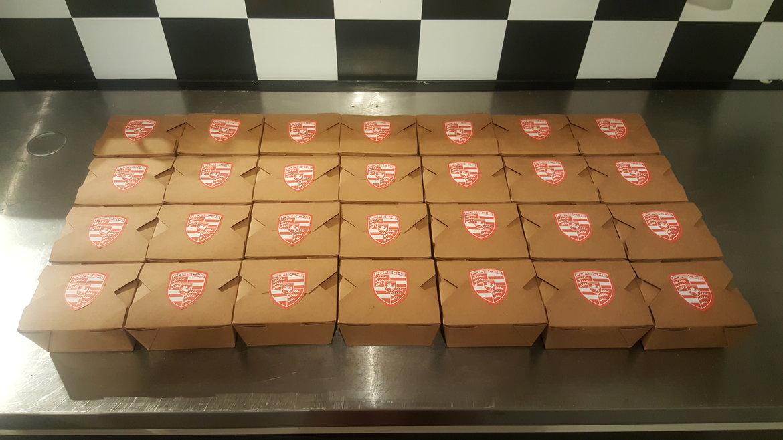 Kraft doosjes met luxe broodjes gesealed met logo stickers van de klant