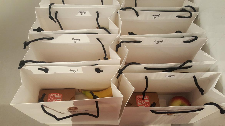 Bedrukte tasjes met logo van klant met vulling naar keuze.
