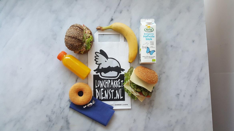 Lunchpakketje met o.a. verse tonijnsalade en een banaan voor een sportteam.