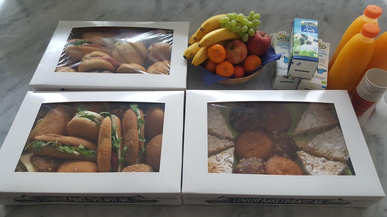 Lunchbox voor tijdens een vergadering met verse jus d'orange en zoetigheid